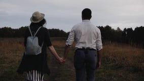 Парень и девушка держа руки сток-видео