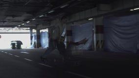 Парень и девушка имеют потеху в парковке Гай свертывает девушку в вагонетке от супермаркета в видеоматериал
