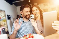 Парень и девушка празднуют праздник 8-ого марта в кафе Стоковая Фотография