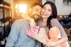 Парень и девушка празднуют праздник 8-ого марта в кафе стоковые фото