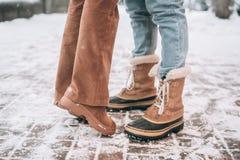 Парень и девушка представляя для камеры, ноги только стоковое изображение rf
