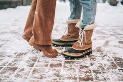 Парень и девушка представляя для камеры, ноги только стоковая фотография