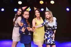 Парень и 3 девушки радуются и празднуют партия в ночном клубе Стоковое Изображение