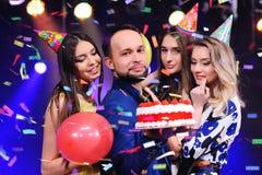Парень и 3 девушки радуются и празднуют партия в ночном клубе Стоковая Фотография