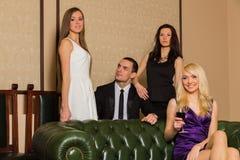Парень и 2 девушки в комнате стоковое изображение rf