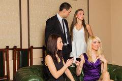 Парень и 2 девушки в комнате стоковое фото rf