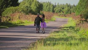 Парень и его девушка на проселочной дороге Рамка на длинном фокусе Очень красивые пары в любов видеоматериал