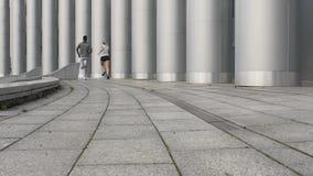 Парень и подруга делая идущие тренировки совместно, здоровое отношение видеоматериал