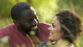 Парень и подруга смеясь над на романтичной дате вне города, soulmates сток-видео