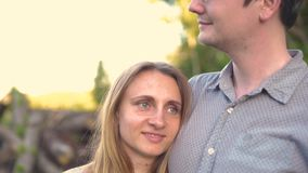 Парень и подруга, любящая пара идя и целуя на заходе солнца в сельских mestres на природе акции видеоматериалы