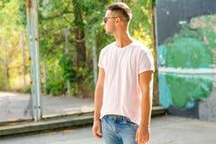 Парень моды представляя outdoors в солнечных очках стоковая фотография rf