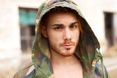 Парень моды с зеленой курткой l стоковая фотография
