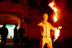 Парень на улице выполняет с факелами огня Стоковое фото RF