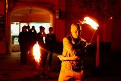 Парень на улице выполняет с факелами огня Стоковое Изображение RF