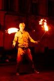 Парень на улице выполняет с факелами огня Стоковое Фото