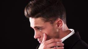 Парень немножко palming его палец под зоной глаза стоковое изображение rf