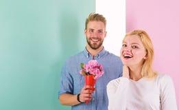Парень приносит цветки букета для того чтобы удивить ее Человек готовый на идеальная дата Мачо любит удивить женщину Букет стоковое фото rf