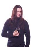 Парень при пропуская волосы держа стекло пива Стоковое Изображение RF