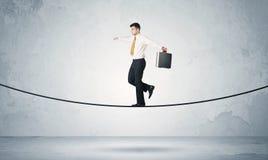 Парень продаж балансируя на плотной веревочке стоковые изображения rf
