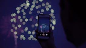 Парень снимает телефон от крыши здания в вечере видеоматериал