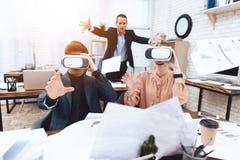 Парень с девушкой имеет потеху с стеклами виртуальной реальности стоковое фото rf