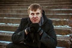 Парень с пальто на лестницах стоковое изображение