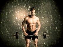 Парень фитнеса при вес показывая мышцы Стоковая Фотография RF