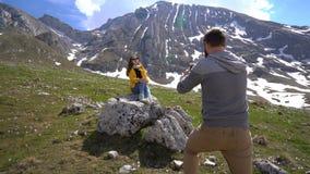 Парень фотографирует его подруга outdoors видеоматериал