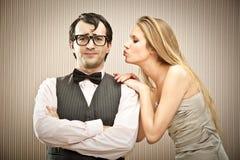 Парень человека болвана ухаживает его подругу влюбленности Стоковое Изображение