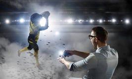 Парень Gamer имея потеху Мультимедиа Стоковое Изображение RF