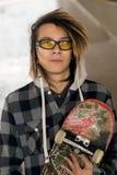 Парень Rasta с стеклами и фильтром скейтборда теплым прикладным Стоковое фото RF