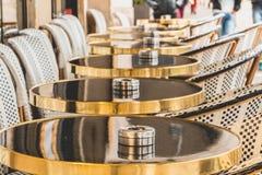 Парижская терраса с таблицами, стульями и ashtrays Стоковое Изображение