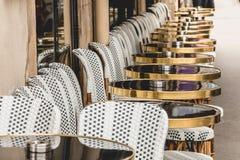 Парижская терраса с таблицами, стульями и ashtrays Стоковое Изображение RF