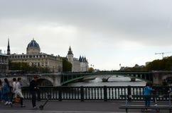 Парижский взгляд моста Сены Стоковые Фотографии RF