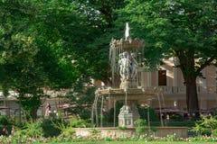 Парижский фонтан вдоль elysses чемпионов Стоковое фото RF