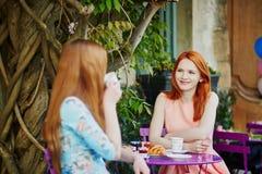 2 парижских женщины выпивая кофе совместно в кафе Стоковые Изображения RF