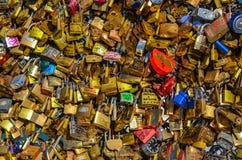 ПАРИЖ - АПРЕЛЬ 2014: Влюбленность Padlocks на Pont des Arts 17-ого апреля 2014, в Париже, Франция Серии красочных замков на a Стоковая Фотография