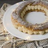 Париж Брест, классический французский десерт состоять из испеченного кольца печенья choux, заполненного с мягкой сливк фундука на стоковые фотографии rf
