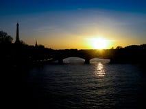 Париж - заход солнца на Реке Сена с взглядом Эйфелева башни (цвет) Стоковые Изображения RF