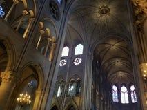 Париж, июль 2017: интерьер собора Нотр-Дам в Париже Fra Стоковые Фото
