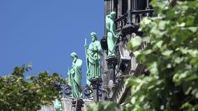 Париж Нотр-Дам, статуи скульптуры, туристы посещая собор, вероисповедание сток-видео