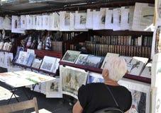 Париж, 15-ое августа - коммерция искусства на банке Сены в Париже стоковые фотографии rf