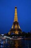 ПАРИЖ - 20-ОЕ АПРЕЛЯ: Загоренная Эйфелева башня на ноче Стоковые Изображения