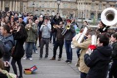 ПАРИЖ - 27-ОЕ АПРЕЛЯ: Неопознанная игра музыканта перед публикой переплюнет Стоковые Изображения
