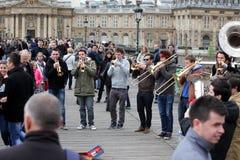 ПАРИЖ - 27-ОЕ АПРЕЛЯ: Неопознанная игра музыканта перед публикой переплюнет Стоковая Фотография RF