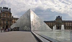 Вход пирамидки жалюзи к этому известному музею. Франция. 21-ое июня 2012 Стоковая Фотография