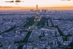 ПАРИЖ - 13-ОЕ МАЯ: Выставка представления Эйфелева башни светлая в сумраке с Стоковые Изображения