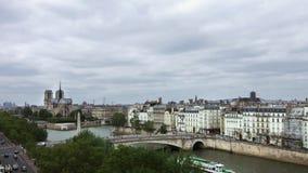ПАРИЖ, 14-ое мая 2016, известная шлюпка путешествия Нотр-Дам проходя кораблем Рекы Сена Парижа Франции Moving француза акции видеоматериалы