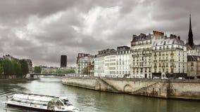 ПАРИЖ, 12-ое мая 2016, известная шлюпка путешествия Нотр-Дам проходя кораблем Рекы Сена Парижа Франции Moving француза акции видеоматериалы