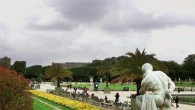 ПАРИЖ: 12-ОЕ МАЯ 2016: Пасмурная погода над Люксембургским садом в Париже акции видеоматериалы